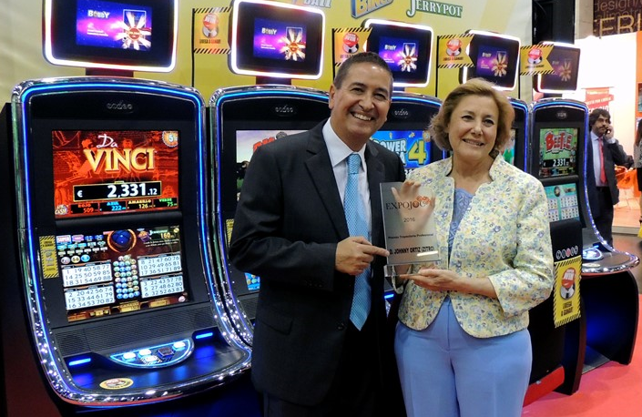 Johnny Ortiz receives award from Expojoc for his career